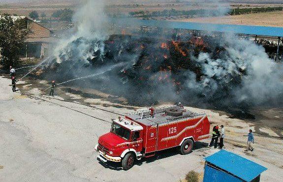 اطفای حریق گسترده در دامداری هلال احمر با کمک آتشنشانان مجتمع فولادخراسان